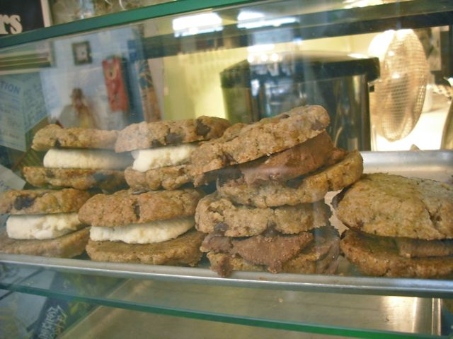 http://fatgayvegan.com/wp-content/uploads/2012/07/cookie-sandwiches.jpg